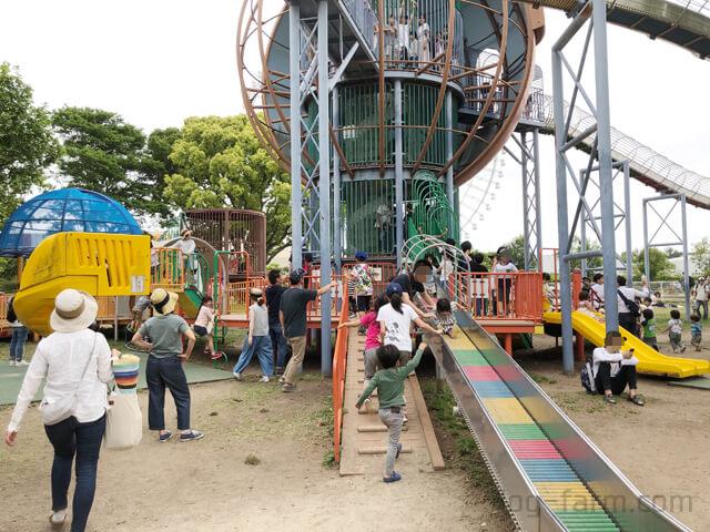 万博記念公園内の巨大すべり台