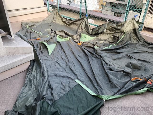 屋上でテントを干す様子