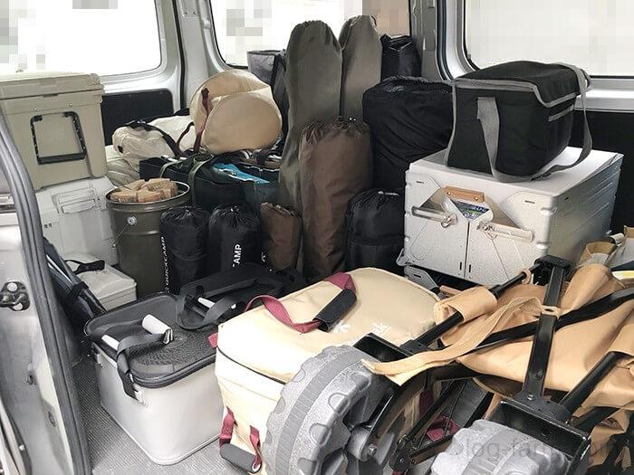 日産キャラバンにキャンプ道具を積み込み