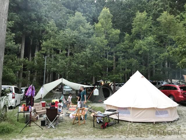 洞川キャンプ場に張ったテントとタープ
