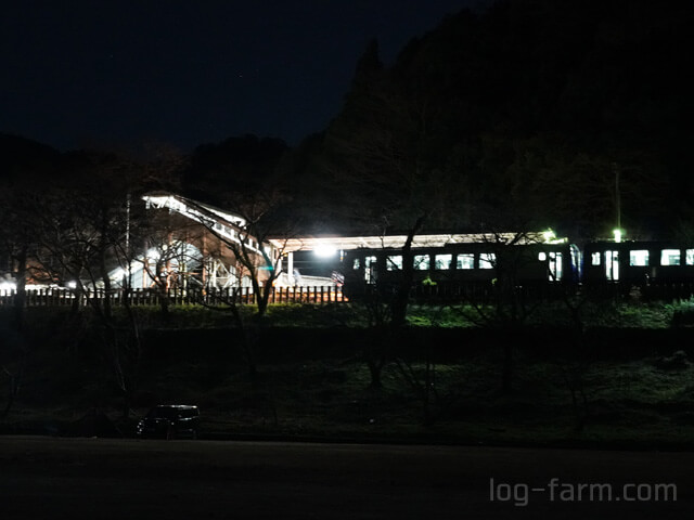キャンプ場そばにある笠置駅と電車