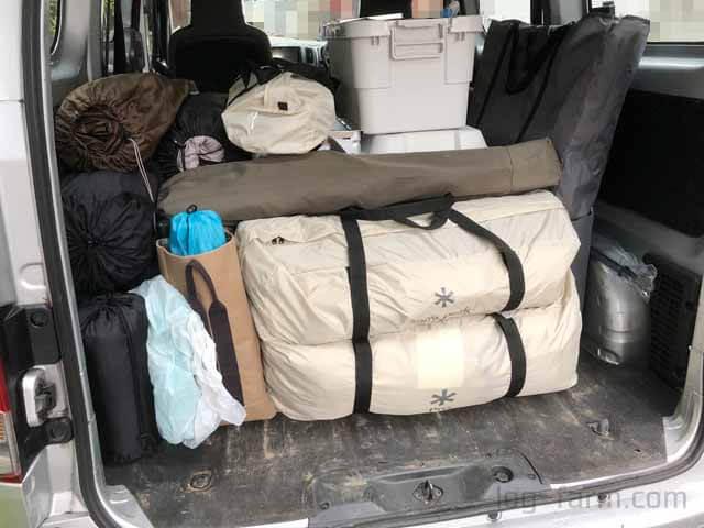 キャンプ道具を積み込んだ車の荷台