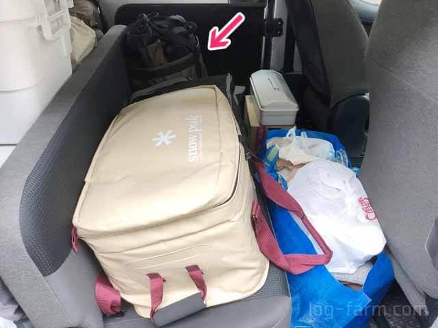 キャンプ道具を積んだ車の後部座席