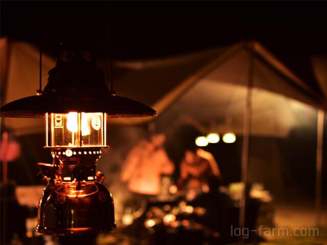 キャンプサイトを照らすペトロマックス