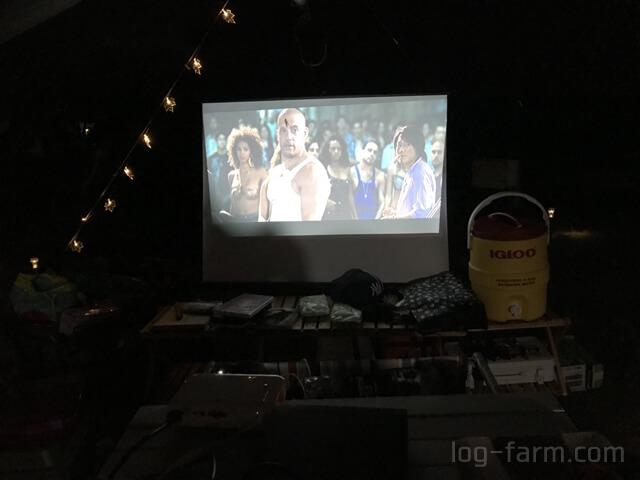 キャンプ場で映画鑑賞