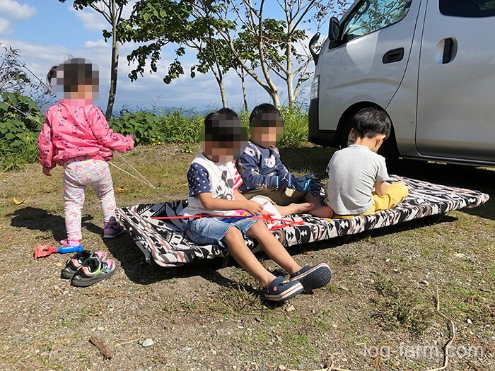 コット で遊ぶ子供