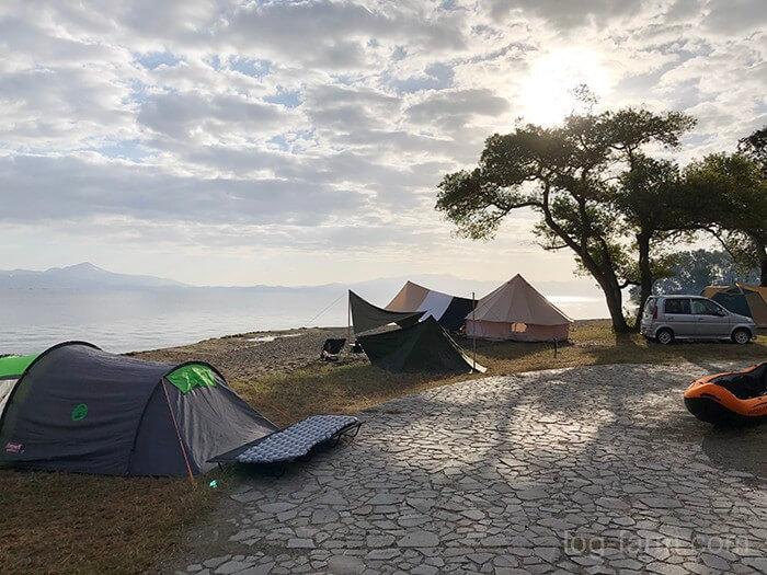 琵琶湖沿いに設営されたテント
