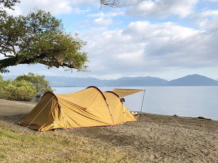 琵琶湖沿いに設営されたスノーピークのヴォールト