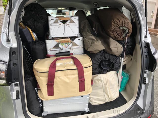 車にキャンプの荷物を積み込み