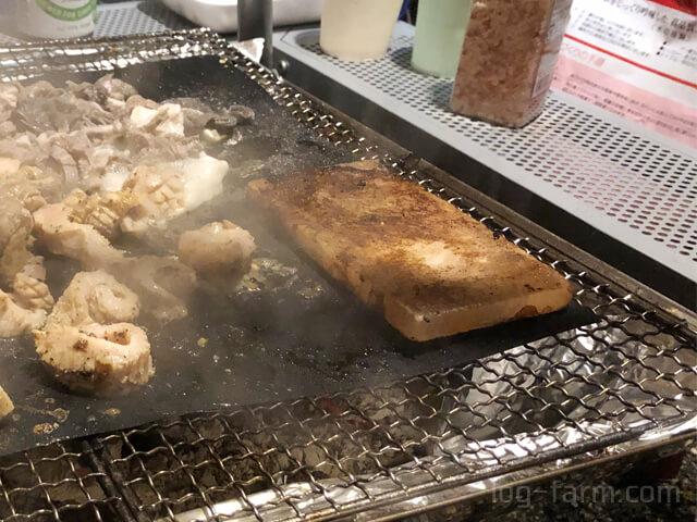 肉汁で黒くなった岩塩プレート