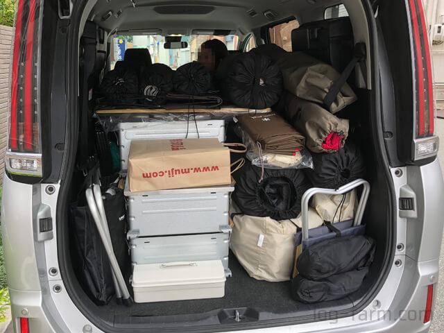 車に詰め込まれたキャンプ道具