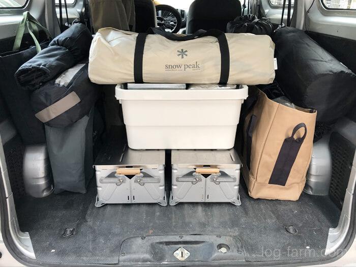 キャンプ用品の積み込み