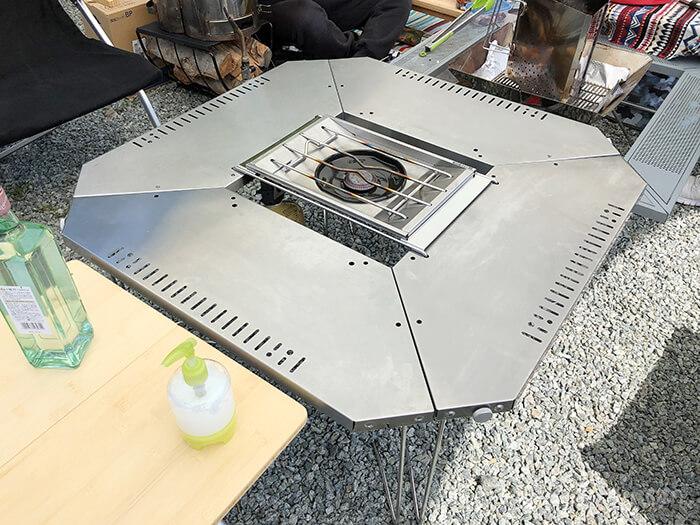 ジカロテーブルに1ユニットブリッジとフラットバーナーをセッティング