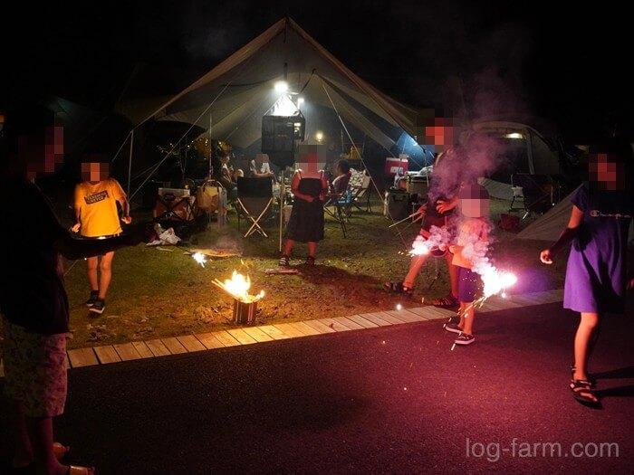 キャンプ場で花火