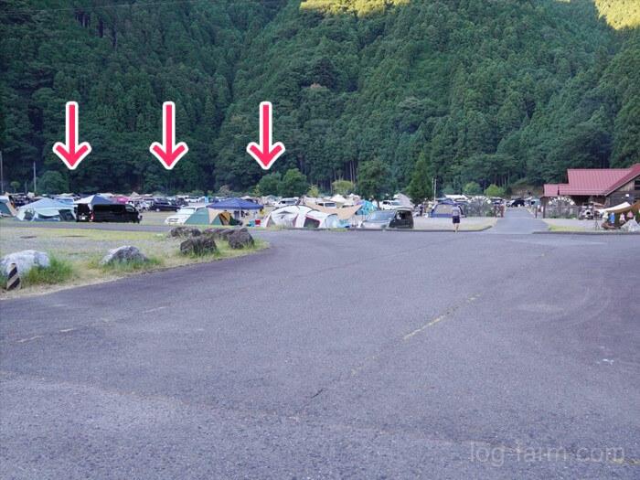 オートサイト外の空き地に設営されまくるテントたち