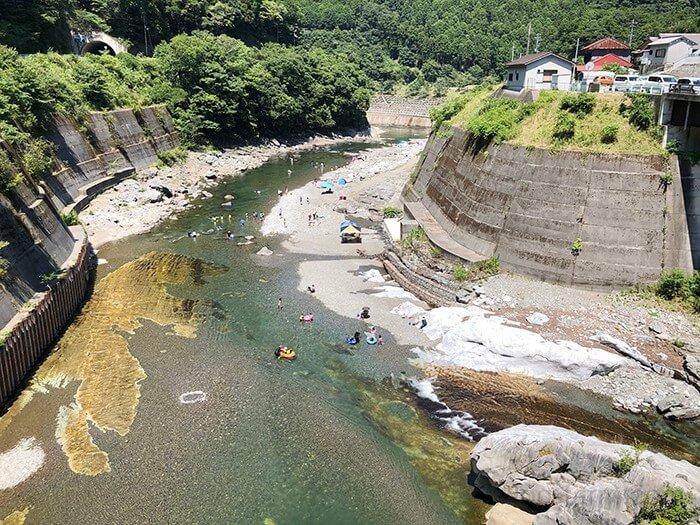 キャンプ場近くを流れる吉野川