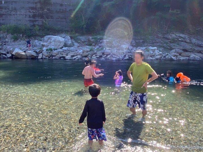 吉野川で遊ぶ子供と大人