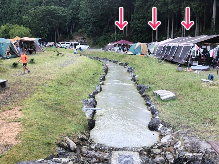 人工の川の外側に張られるテントたち