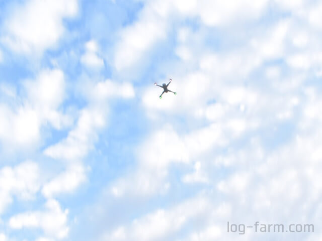 飛行するドローン