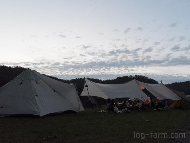 スノーピーク箕面キャンプフィールドの夕方