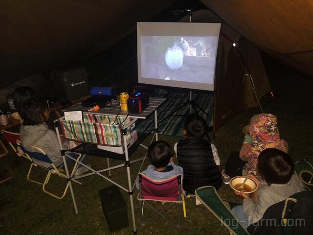 キャンプ場での映画鑑賞
