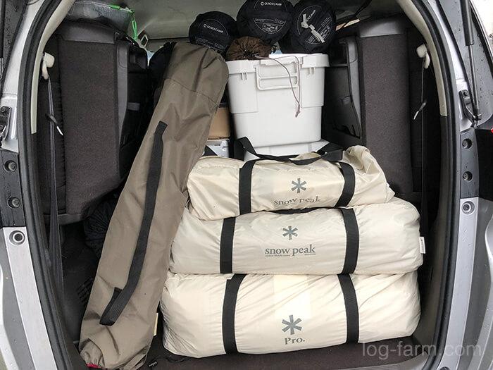 キャンプ場への荷物の積み込み