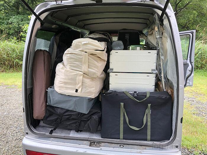 車の荷台に積まれるキャンプ用品