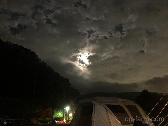 キャンプ場の夜の月
