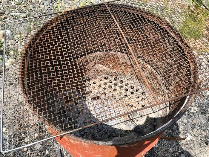 灰を捨てるドラム缶