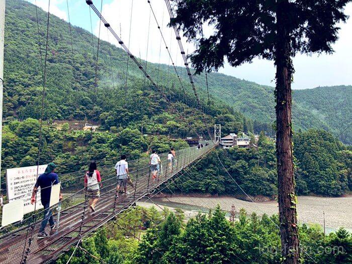 谷瀬橋を渡る