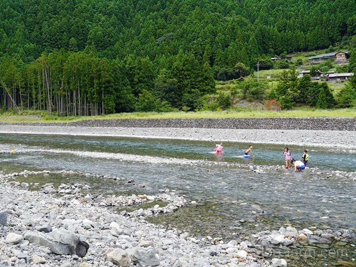 キャンプ場前の川で遊ぶ子供たち