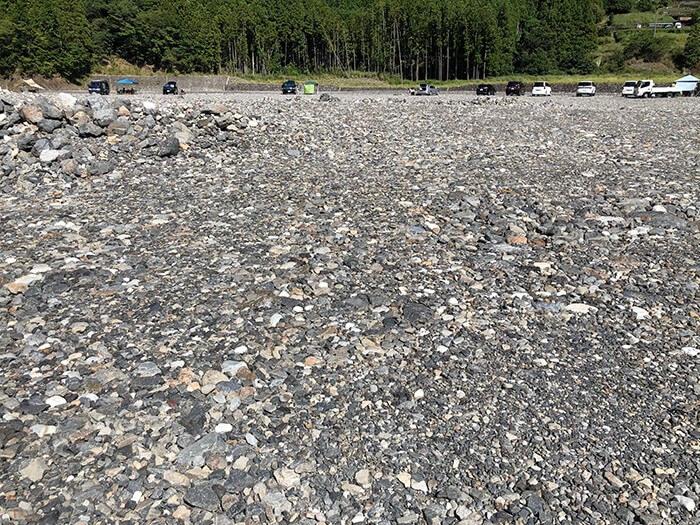 砂利サイトを覆うたくさんの石