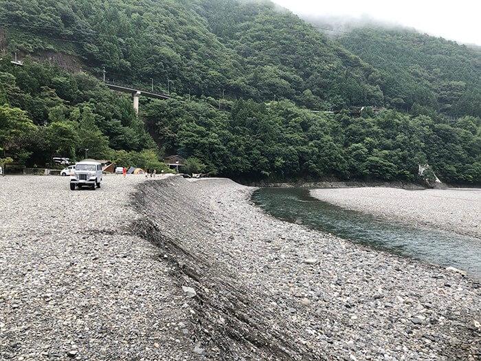 少し急な川への斜面