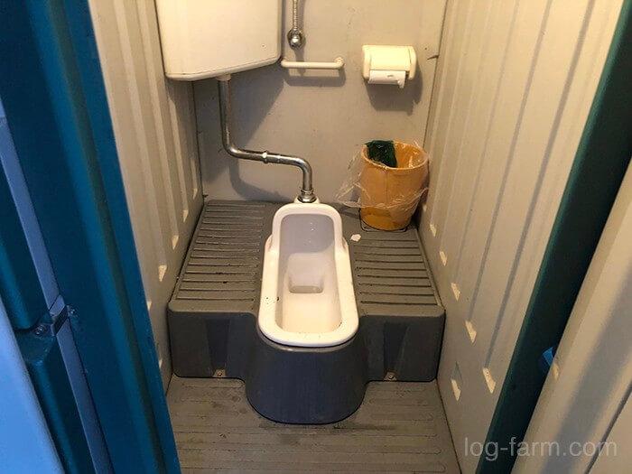 真ん中の2つは和式トイレ