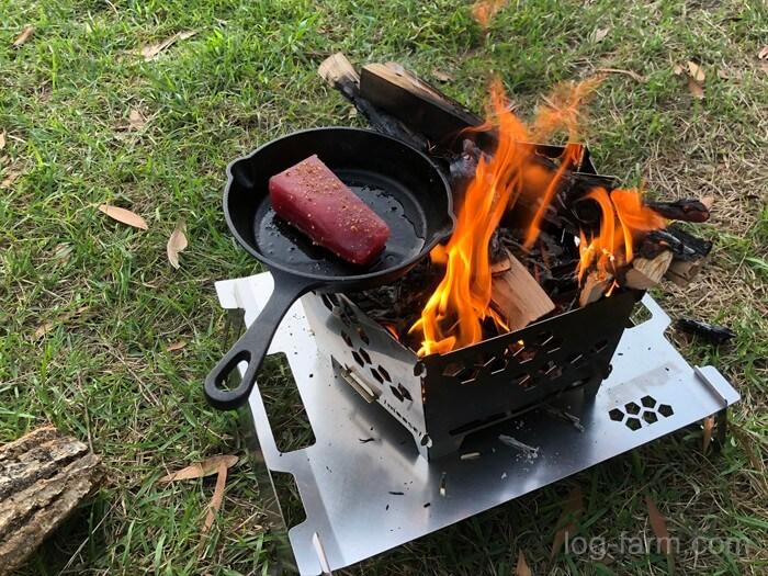 焚き火でマグロを調理