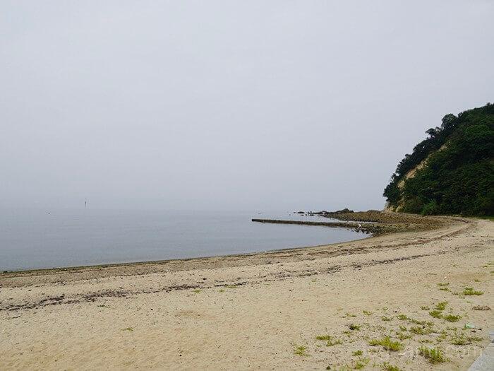 田の浦野営場前に広がる海