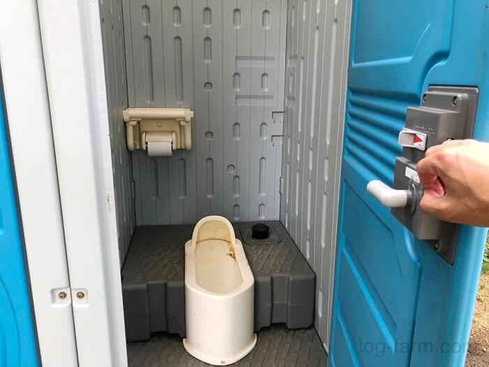 田の浦野営場の簡易トイレの中