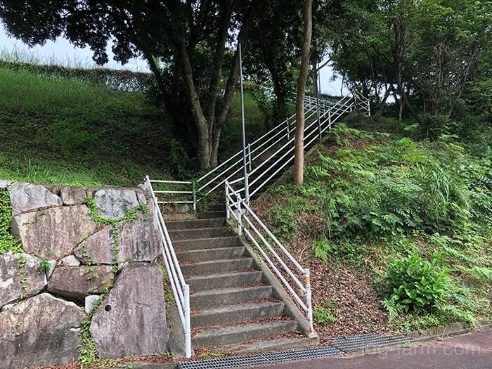 トイレに向かう急な階段