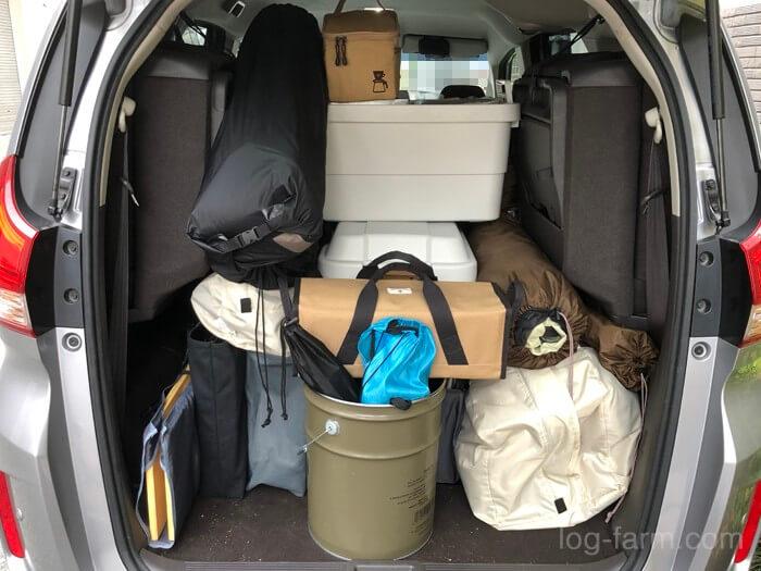 トランクに積み込まれたキャンプギア