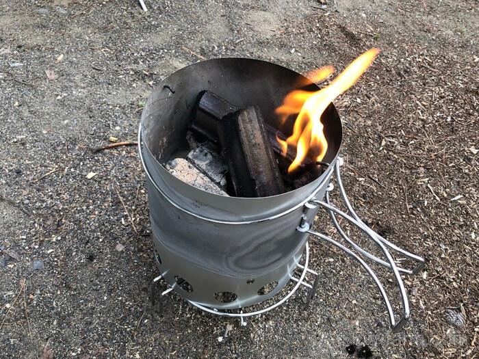 キャンプテンスタッグのチャコスタで炭おこし