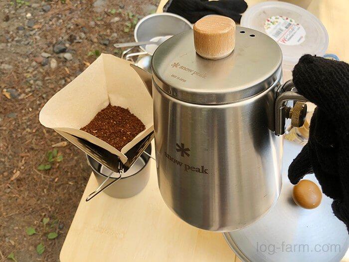 コーヒー豆を挽いてお湯を入れる