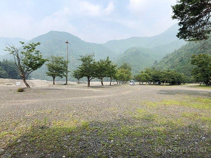 木の少ない広々とした砂利サイト