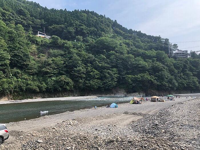 川沿いに広がる河原エリア