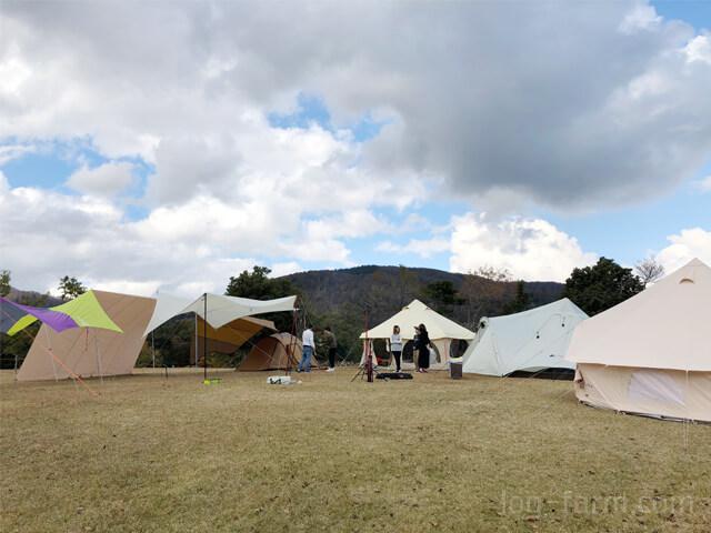 フリーサイトで設営したテント4つ&タープ4つ