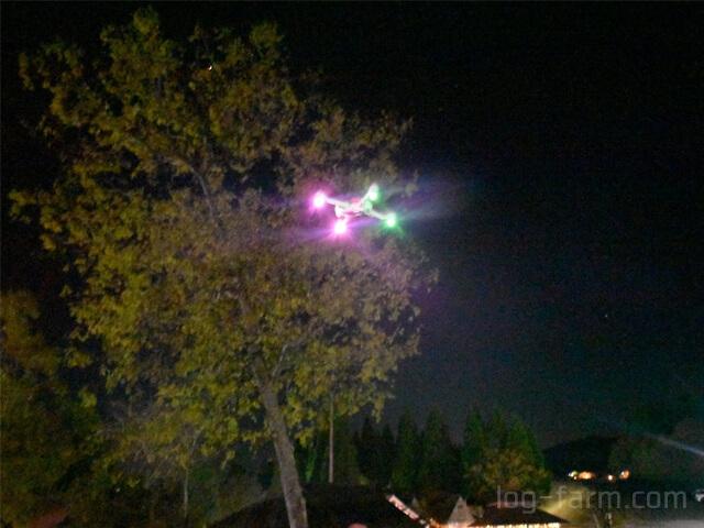 夜間飛行するドローン