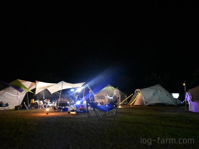 夜のテントを照らすイルミネーション