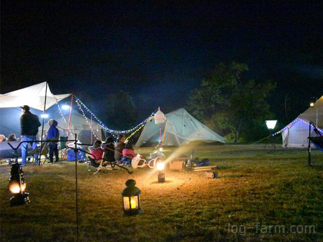 夜のテントを照らすランタン