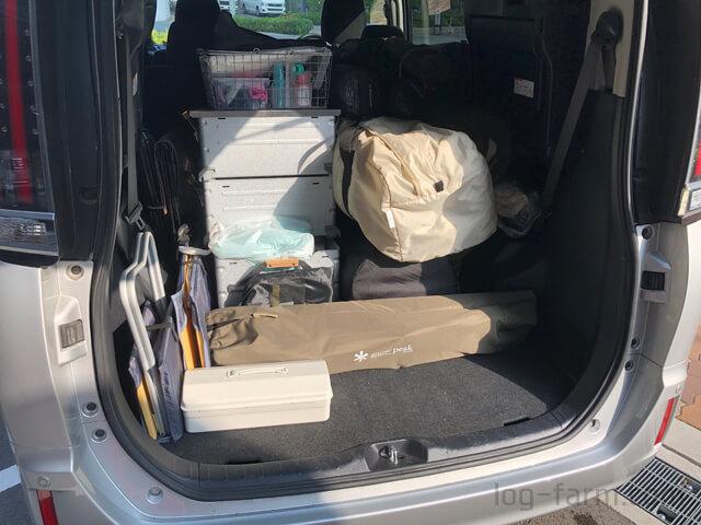 キャンプ道具を積んだ車の荷室