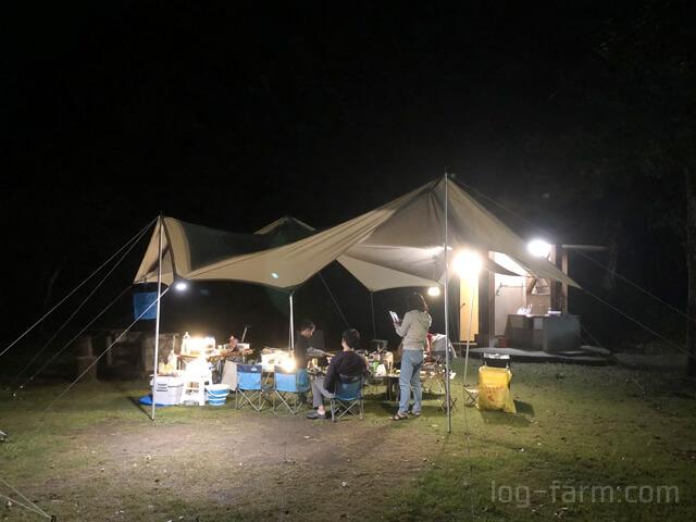 夜のキャンプサイト