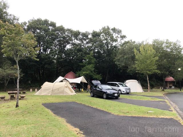 オートキャンプサイトでテント設営完了